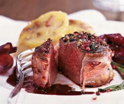 Rezept: Pfeffersteak vom Hirschkalbsrücken mit Rotweinschalotten und Feigenknödel